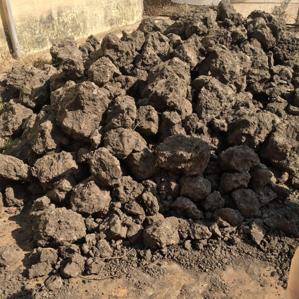 Trockener Flussschlamm ist die Hauptzutat für die Paste, die im Reserveverfahren für Blockdruck verwendet wird.
