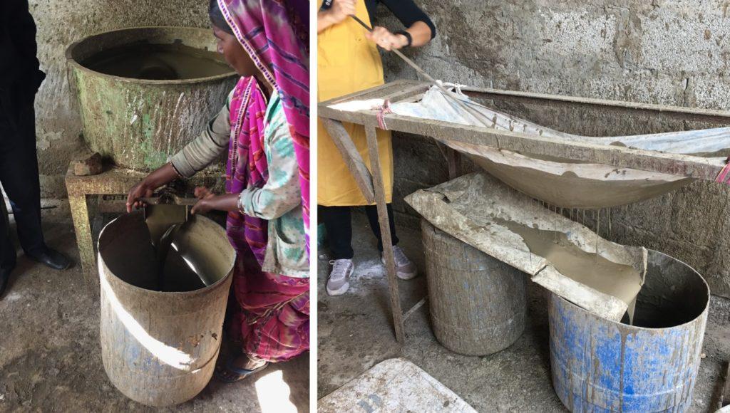 Eine Arbeiterin leert die fertige Paste für den Blockdruck aus der Mischmaschine in einen Eimer. Anschließend haben wir Workshopteilnehmen sie abwechselnd filtriert.