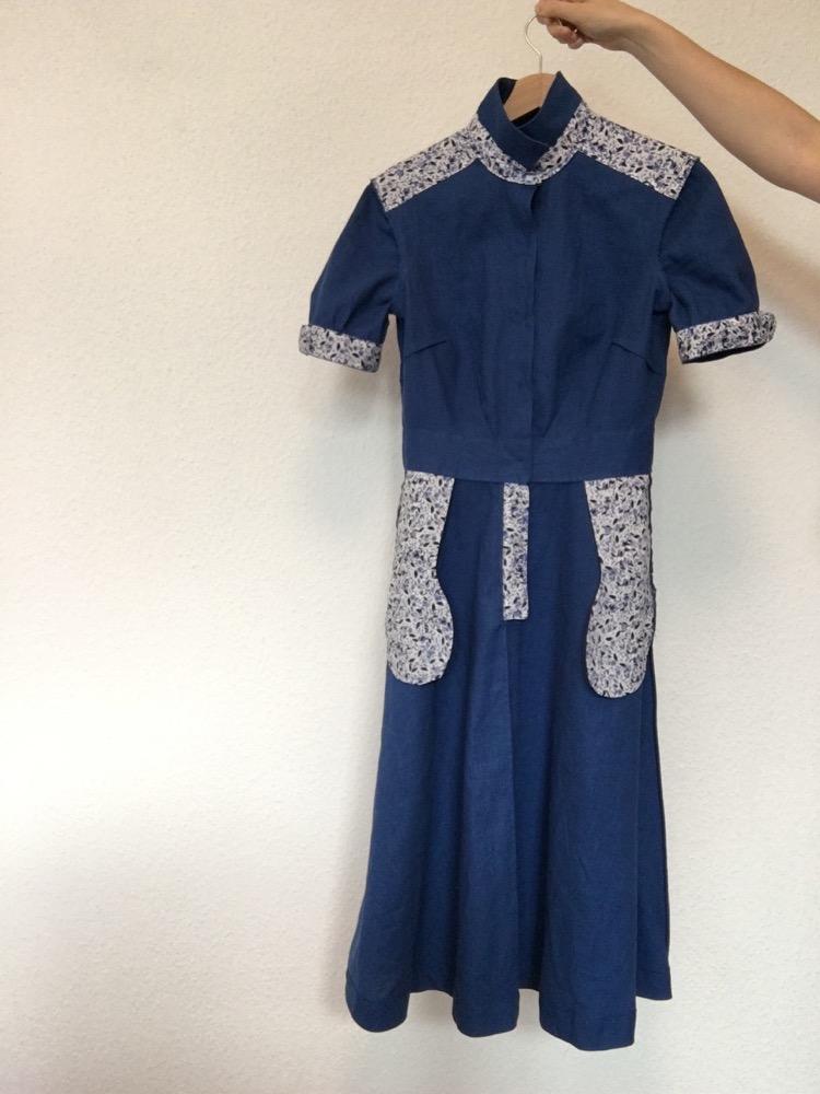 Das Kleid Penny von Colette links herum. Man sieht, dass Schulterpasse, Ärmelabschlüsse, Kragensteg, Taschenbeutel und Beleg is einem helleren Stoff genäht sind.